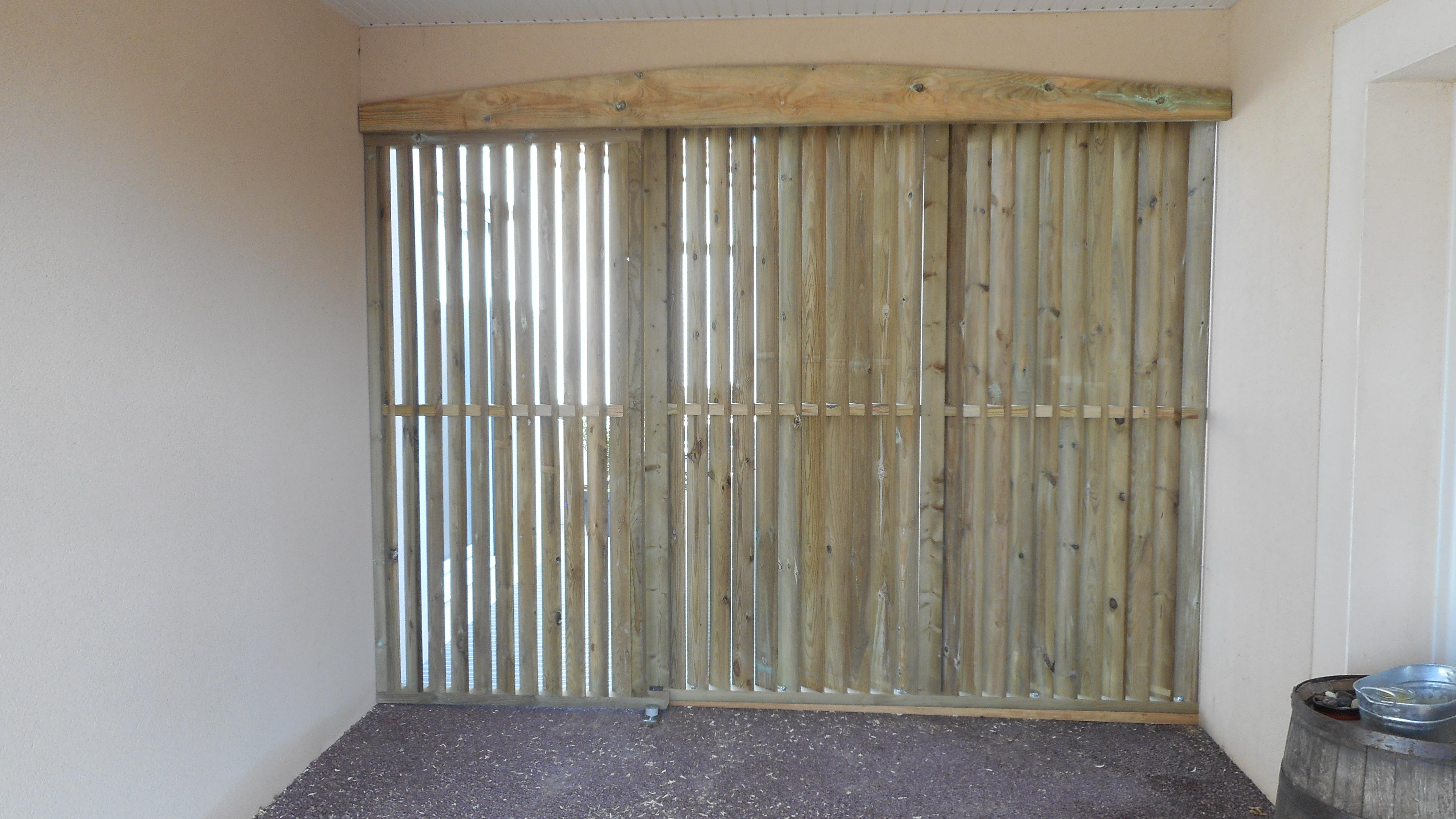 cl ture ajour e en bois avec coulissant autour du bois concept. Black Bedroom Furniture Sets. Home Design Ideas